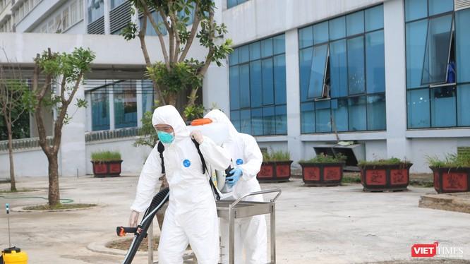 Nhân viên y tế chuẩn bị phun khử khuẩn phòng COVID-19 (Ảnh - Minh Thuý)