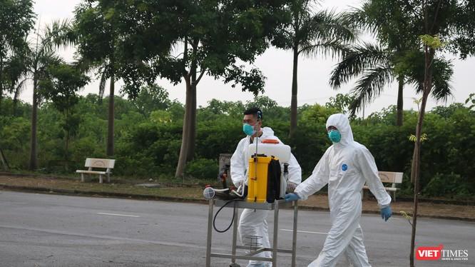 Nhân viên y tế khử khuẩn tại bệnh viện (Ảnh: Minh Thúy)