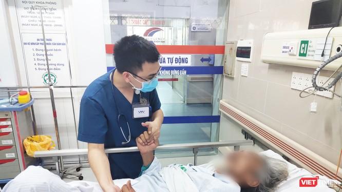 Bác sĩ khám bệnh cho bệnh nhân người cao tuổi (Ảnh: Minh Thúy)