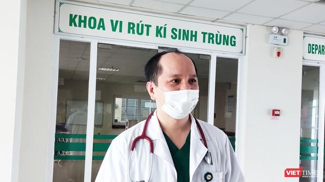 BS. Trần Văn Giang – Phó Trưởng Khoa Virus Ký sinh trùng, Bệnh viện Bệnh Nhiệt đới Trung ương (Ảnh: Minh Thúy)