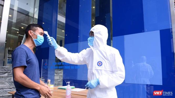 Nhân viên y tế đo thân nhiệt cho người bệnh đến khám tại Bệnh viện Đa khoa Hà Nội (Ảnh: BVCC)