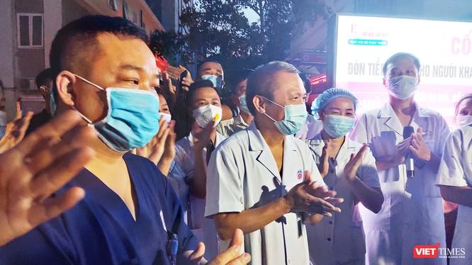 GS. TS. Lê Ngọc Thành – Giám đốc Bệnh viện E (áo trắng ở giữa) vui mừng khi bệnh viện hết phong tỏa (Ảnh: Minh Thúy)