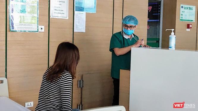 Bác sĩ thăm hỏi tình hình sức khỏe của bệnh nhân (Ảnh: Minh Thúy)