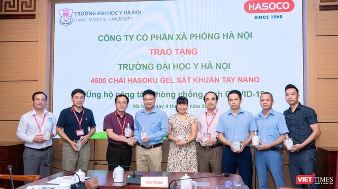 GS. TS. Tạ Thành Văn – Hiệu trưởng Trường Đại học Y Hà Nội cùng các cán bộ tiếp nhận 4.500 chai nước sát khuẩn tay phòng, chống dịch COVID-19 (Ảnh: Văn Trọng)