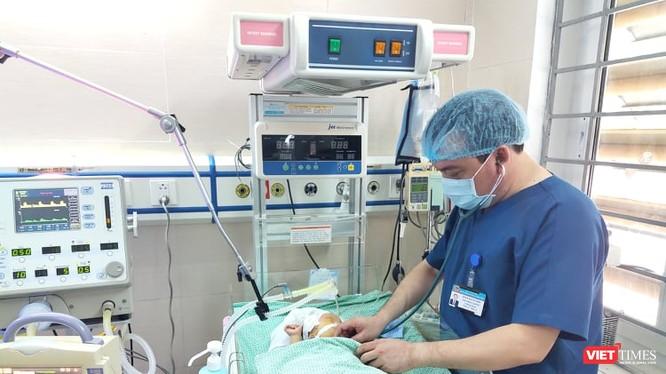 BS. Giang chăm sóc bé sơ sinh (Ảnh: Minh Thúy)