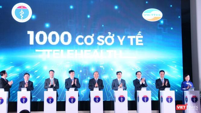 Thủ tướng Nguyễn Xuân Phúc cùng Phó Thủ tướng Vũ Đức Đam, các lãnh đạo của Bộ Y tế ấn nút kết nối 1.000 cơ sở y tế khám, chữa bệnh từ xa (Ảnh: Minh Thúy)