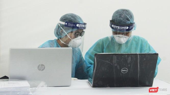 Nhân viên y tế ở trạm xét nghiệm COVID-19 (Ảnh - Minh Thuý)