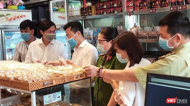 Đoàn kiểm tra an toàn thực phẩm bánh trung thu tại Hà Nội (Ảnh: Minh Thuý)