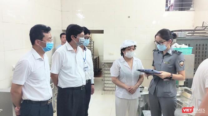 Đoàn kiểm tra an toàn thực phẩm tại một cơ sở sản xuất bánh trung thu (Ảnh: Minh Thuý)