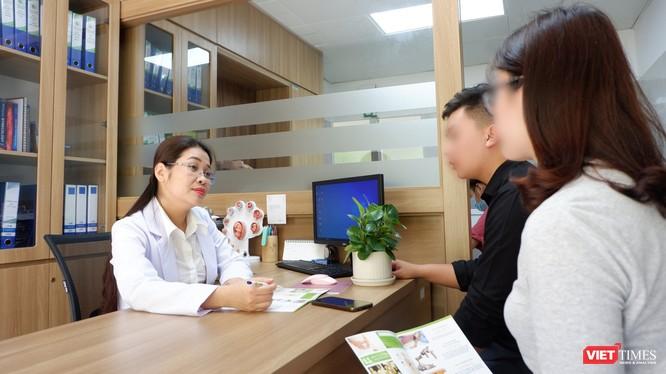 TS. BS. Đinh Thuý Linh tư vấn cho một cặp vợ chồng đến khám tại Bệnh viện Phụ sản Hà Nội (Ảnh: Minh Thuý)