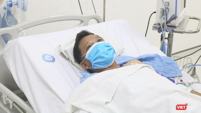 Nam tài xế bị nhồi máu cơ tim đang điều trị tại Bệnh viện E (Ảnh: Minh Thuý)