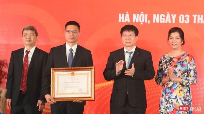 Thứ trưởng Bộ Y tế Trương Quốc Cường trao bằng khen cùng Huân chương Lao động hạng Nhì cho Công ty TNHH MTV Vaccine và Sinh phẩm số 1 (VABIOTECH) (Ảnh: Minh Thuý)