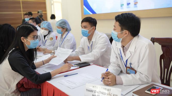 Tình nguyện viên đăng ký tiêm thử nghiệm vaccine phòng COVID-19 (Ảnh: Minh Thuý)