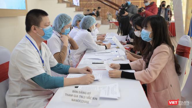 Tình nguyện viên đăng ký thử nghiệm vaccine COVID-10 (Ảnh: Minh Thuý)