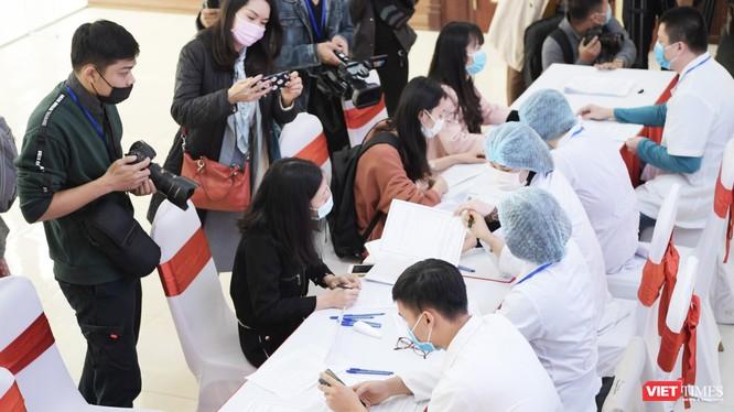 Các tình nguyện viên đăng ký thử nghiệm vaccine phòng COVID-19 ở Học viện Quân Y (Ảnh: Minh Thuý)