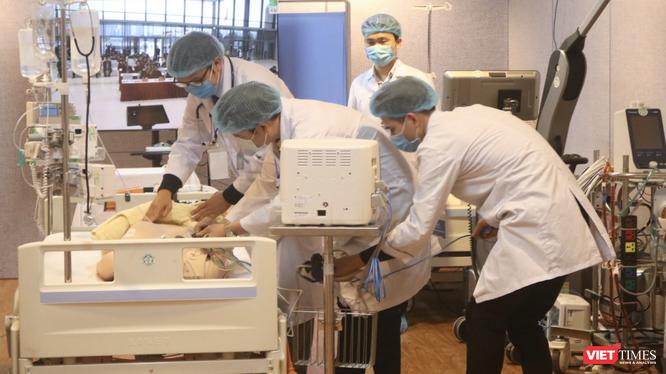 Diễn tập cấp cứu cho người bệnh trong trường hợp khẩn cấp (Ảnh: Minh Thuý)