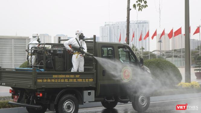 Binh chủng hoá học, Bộ Quốc phòng diễn tập phun khử khuẩn để phòng, chống dịch COVID-19 (Ảnh: Minh Thuý)