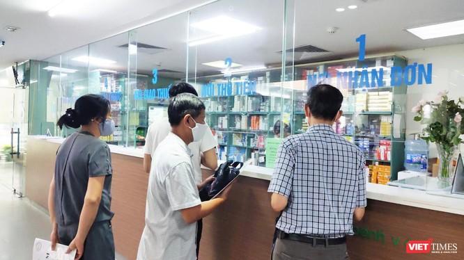 Người dân xếp hàng mua thuốc tại quầy thuốc (Ảnh - Minh Thuý)