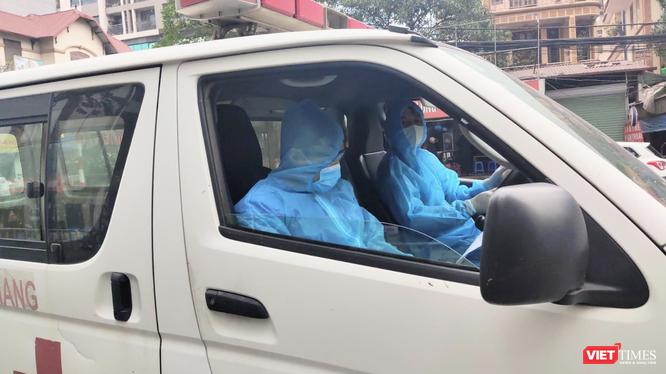 Nhân viên y tế lái xe cấp cứu (Ảnh - Minh Thuý)