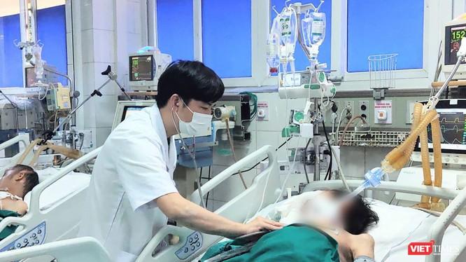 ThS. BS. Đồng Phú Khiêm chăm sóc cho bệnh nhân đang điều trị ở bệnh viện (Ảnh - Minh Thuý)