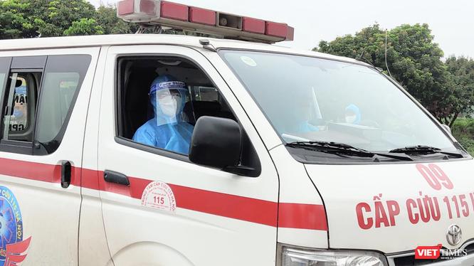Xe cấp cứu chở bệnh nhân COVID-19 (Ảnh - Minh Thuý)