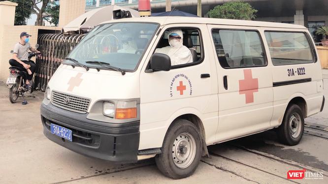 Xe cấp cứu đi ra từ bệnh viện (Ảnh - Minh Thuý)