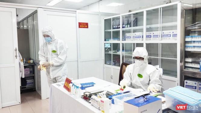 Nhân viên y tế làm việc trong phòng lấy mẫu (Ảnh - Minh Thuý)