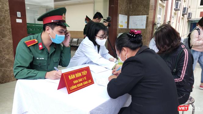 Người dân khai báo y tế, khám sàng lọc (Ảnh - Minh Thuý)