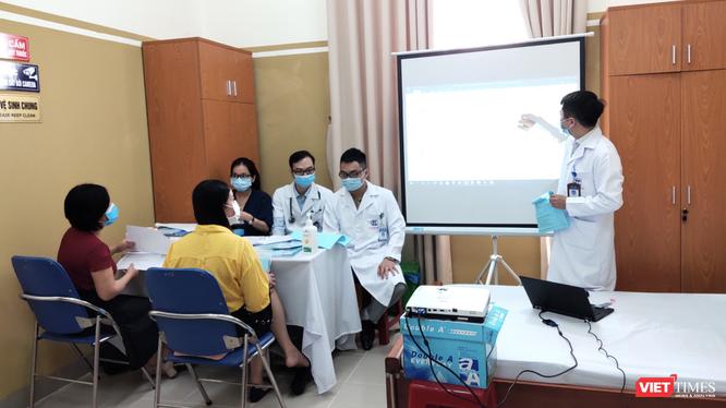 Bác sĩ hướng dẫn tình nguyện viên tự kiểm tra sức khoẻ sau tiêm vaccine phòng COVID-19 COVIVAC (Ảnh - Minh Thuý)
