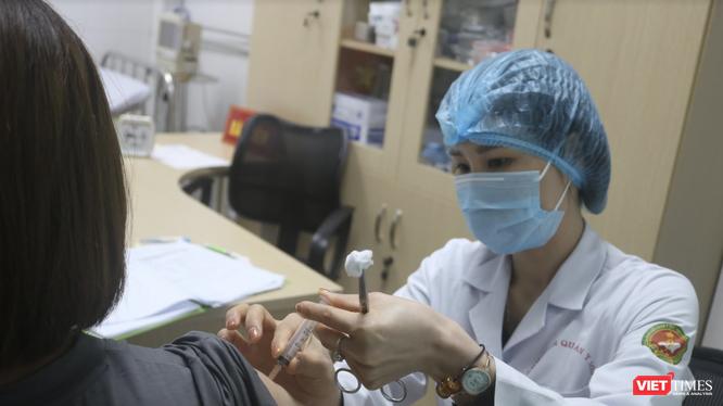 Nhân viên y tế tiêm vaccine phòng COVID-19 cho người dân (Ảnh - Minh Thuý)