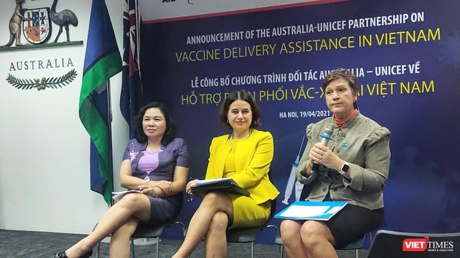 Đại sứ quán Australia cùng Trưởng đại diện UNICEF và TS. Dương Thị Hồng thảo luận về gói hỗ trợ, phân phối vaccine phòng COVID-19 (Ảnh - Minh Thuý)