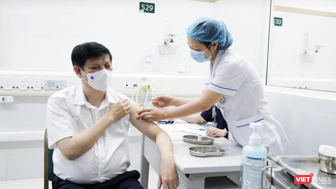 Bộ trưởng Bộ Y tế Nguyễn Thanh Long tiêm vaccine phòng COVID-19 (Ảnh - N. Thành)