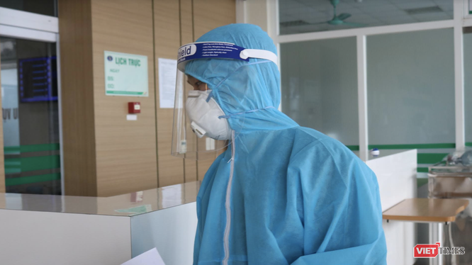 Nhân viên y tế trực cấp cứu ở bệnh viện (Ảnh - Minh Thuý)
