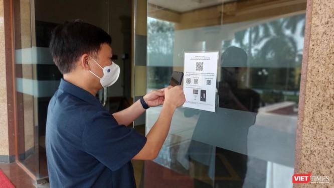 TS. Trần Quý Tường kiểm tra khai báo y tế bằng mã QR Code tại Bắc Ninh (Ảnh: NVCC)