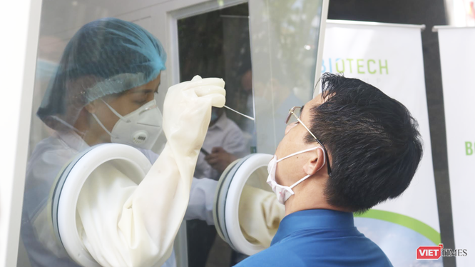 Nhân viên y tế trực tiếp thực hiện thử nghiệm việc lấy mẫu xét nghiệm COVID-19 tại bốt lấy mẫu xét nghiệm di động (Ảnh - Minh Thuý)