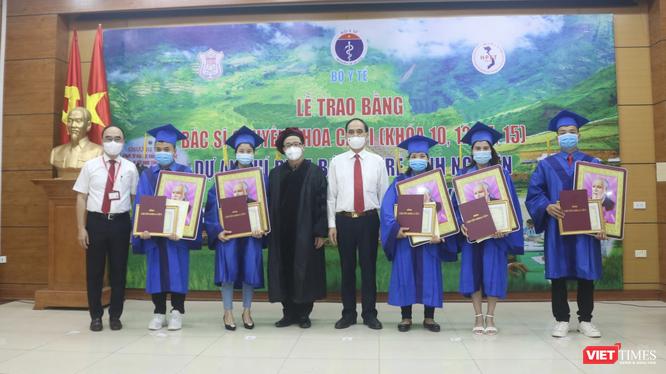 GS.TS. Tạ Thành Văn và TS. Phạm Văn Tác trao bằng tốt nghiệp cho các học viên (Ảnh - Minh Thuý)