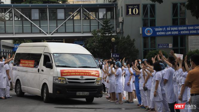 Đoàn 35 bác sĩ, điều dưỡng ở Bệnh viện Hữu Nghị lên đường chi viện cho TP. HCM (Ảnh - Minh Thuý)