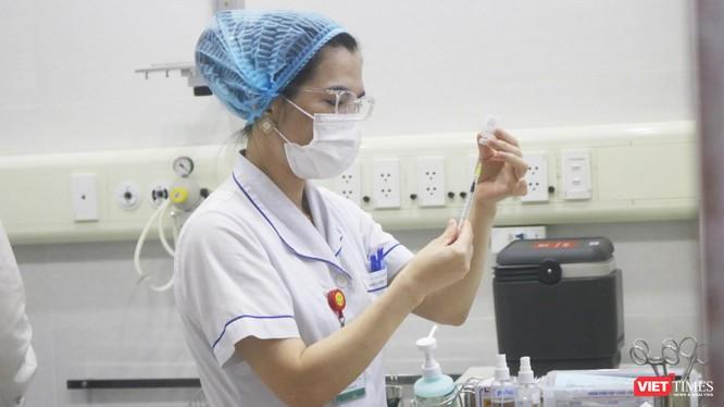 Nhân viên y tế chuẩn bị tiêm vaccine phòng COVID-19 (Ảnh - Minh Thuý)