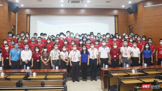 Hơn 300 sinh viên Trường Đại học Y Hà Nội hỗ trợ 3 quận, huyện phòng, chống dịch COVID-19 (Ảnh - Minh Thuý)