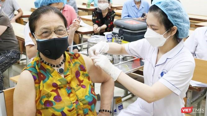 Người cao tuổi được tiêm vaccine phòng COVID-19 (Ảnh - Minh Thuý)