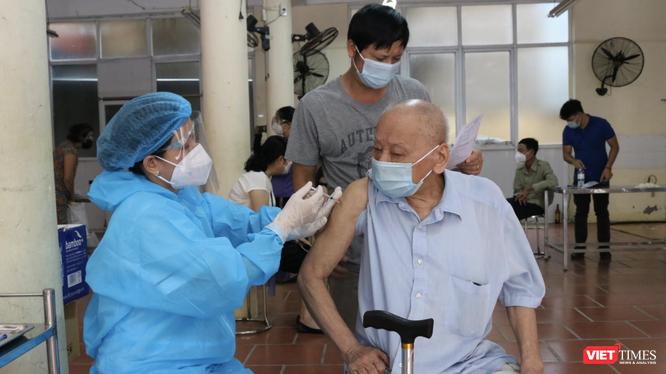 Người cao tuổi được tiêm vaccine COVID-19 (Ảnh - Minh Thuý)