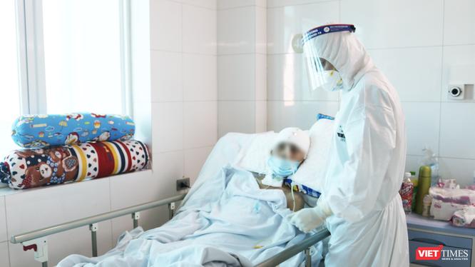 Bác sĩ chăm sóc cho bệnh nhân mắc bệnh nặng từ BV Hữu nghị Việt Đức chuyển sang (Ảnh - Minh Thuý)