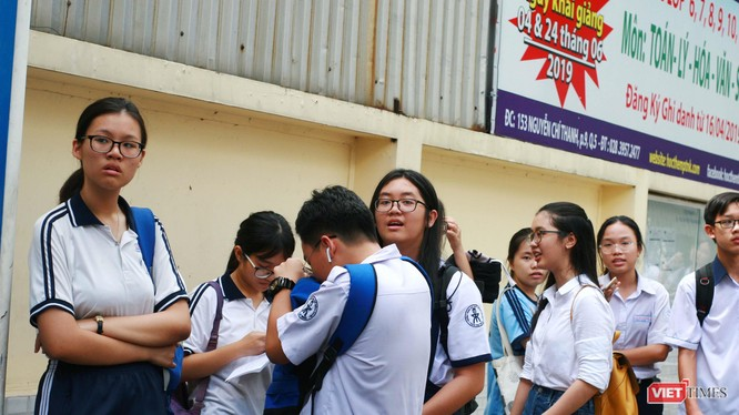 Các thí sinh cùng nhau thảo luận trong buổi sáng thi đầu tiên