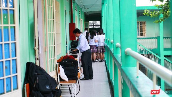 Trước giờ làm bài, giám thị coi thi kiểm tra khu vực phòng thi