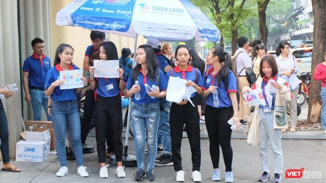 Sinh viên tình nguyện với các khẩu hiệu cổ vũ thí sinh dự thi