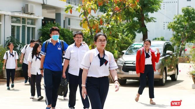 Thí sinh hoàn thành bài thi tổ hợp môn Khoa học Tự nhiên tại Trường THPT Gia Định (Quận Bình Thạnh)