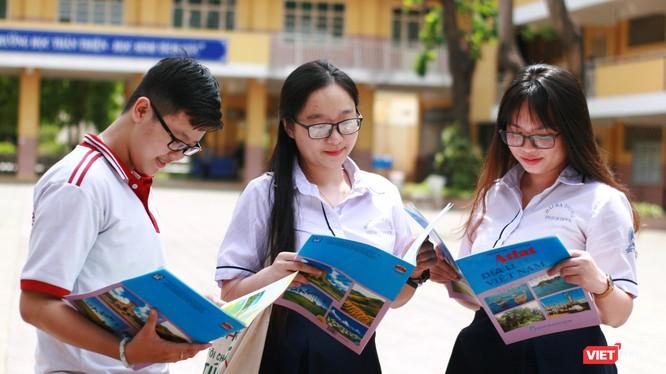 Thí sinh của Hội đồng thi Trường THPT Lương Thế Vinh kết thúc bài thi tổ hợp Khoa học Xã hội