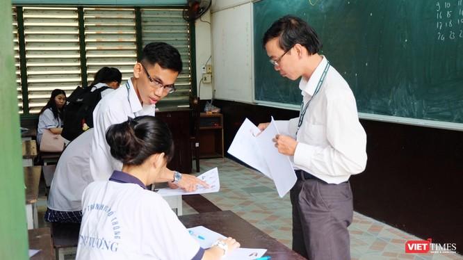 Cán bộ coi thi kiểm tra thông tin thí sinh trong kỳ thi THPT quốc gia 2019