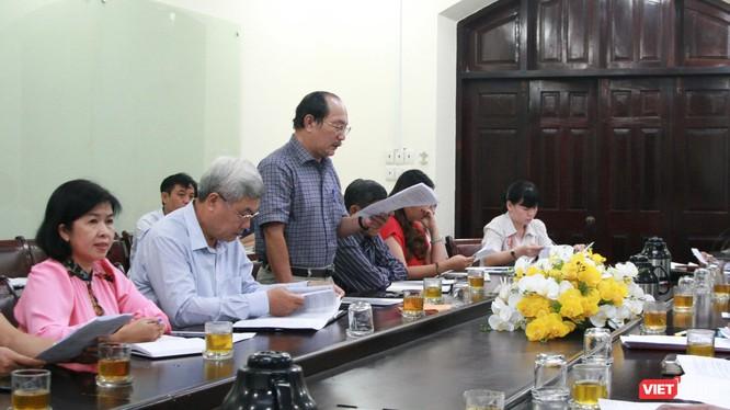 Ông Tạ Tân (áo kẻ caro) Trưởng Phòng GD&ĐT quận Tân Phú báo cáo tại hội nghị