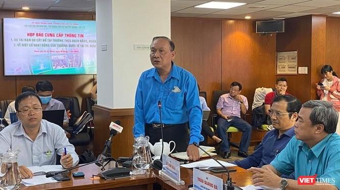 Thầy Nguyễn Vạn Phúc - Hiệu trưởng trường THCS Bạch Đằng (quận 3, TP.HCM) tại cuộc họp báo chiều 26/5. Ảnh: Hòa Bình